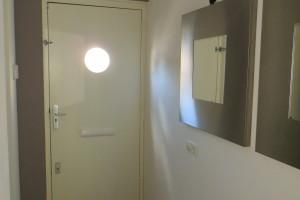 De nieuwe kleur springt er mooi uit, een voorbeeld waarin met een kleine wijziging aan een entree er een sfeervol binnenkomen is gecreëerd .